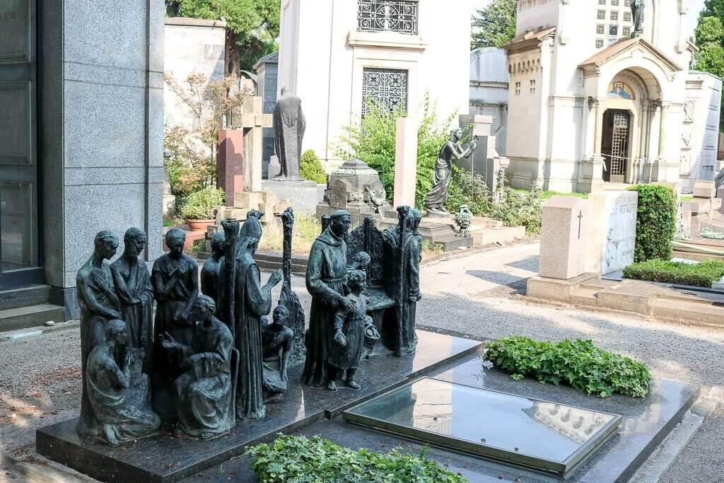 Figuren auf einem Grabstein