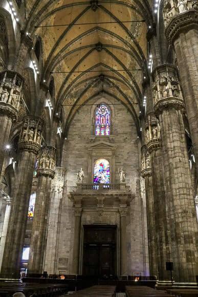Mailänder Dom von Innen - hohe Säulengänge und bunte Fenster
