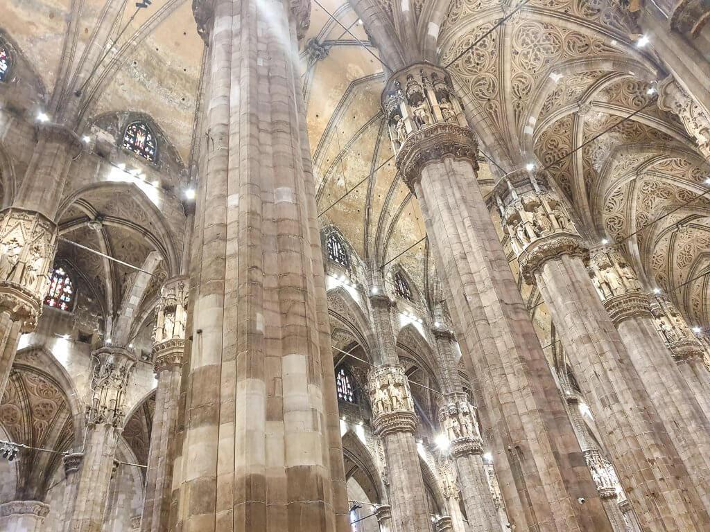 Mailänder Dom von Innen - hohe Säulen und verzierte Deckengewölbe