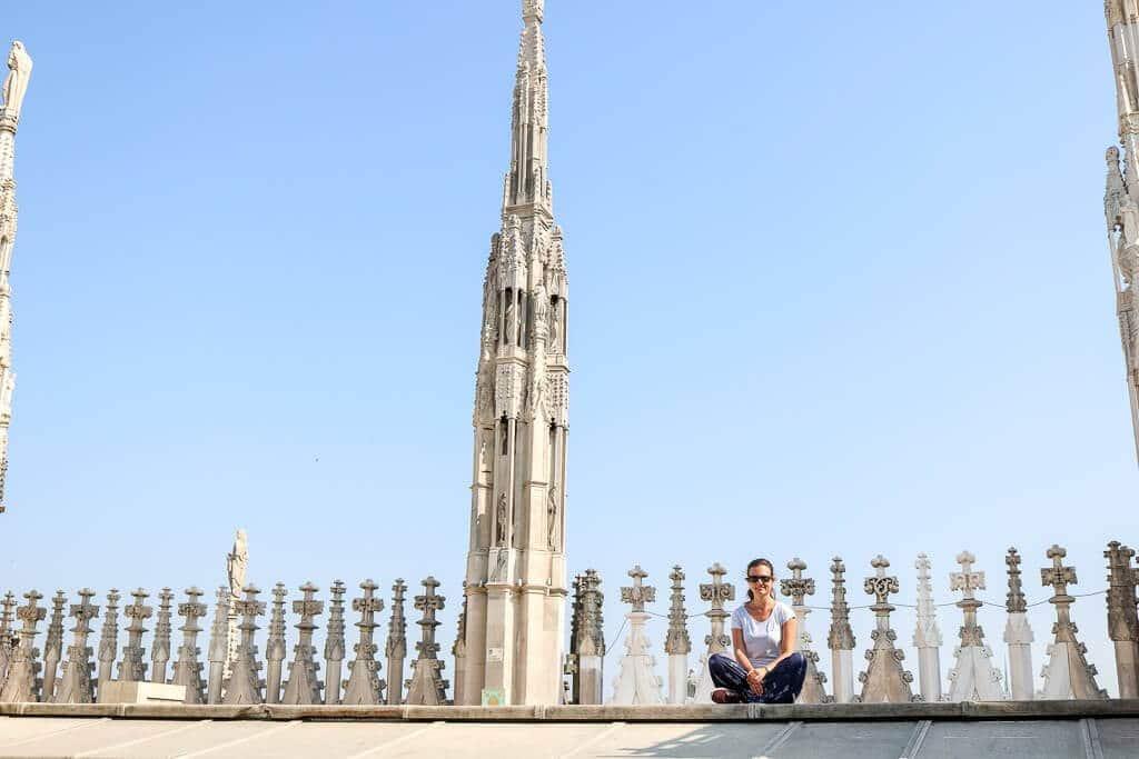 Frau sitzt auf Dach des Doms, dahinter Verzierungen