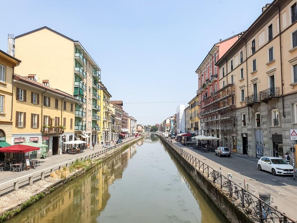 Kanal im Navigli-Viertel Mailand - Kanal fließt zwischen Häuserreihen