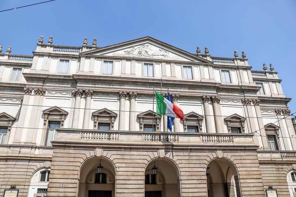 Scala mit italienischer Flagge
