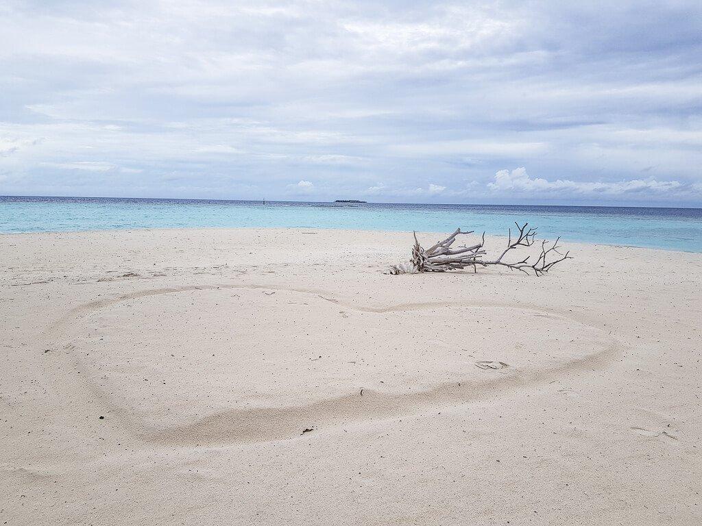 Herz im Sand - Malediven - Amari Havodda - Strand