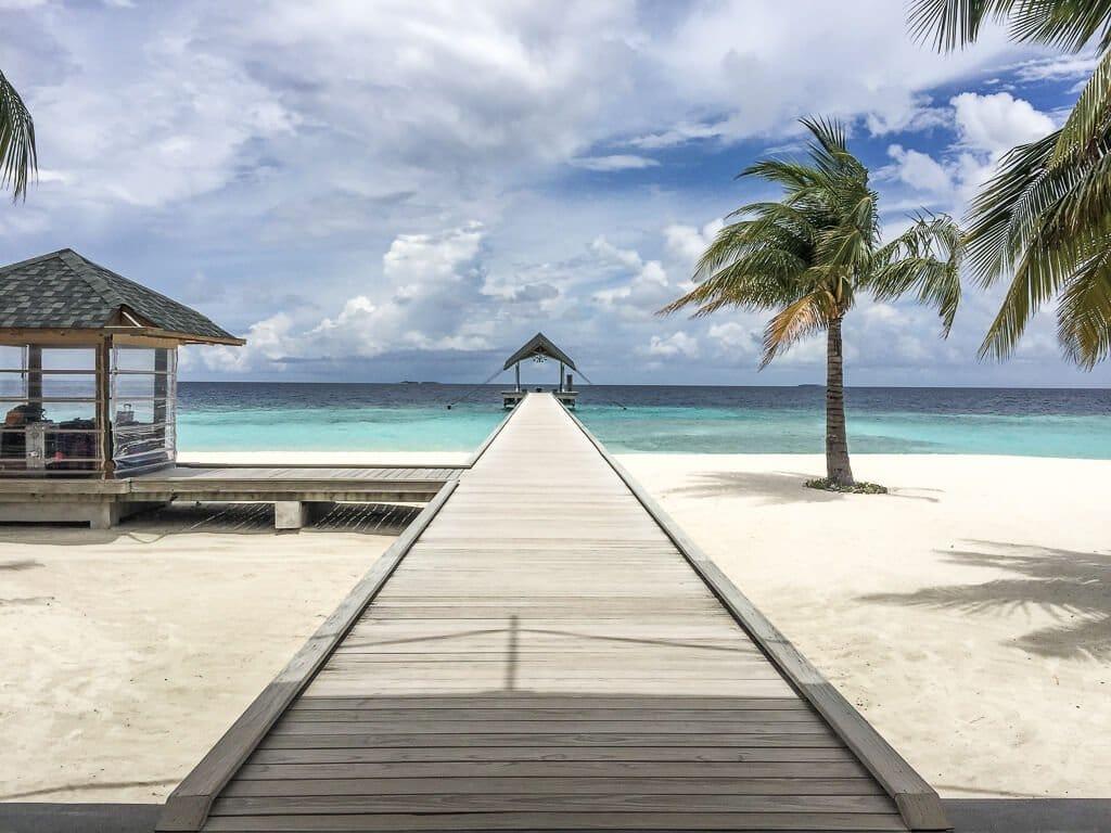Malediven - Ankunftssteg - Strand und Palmen