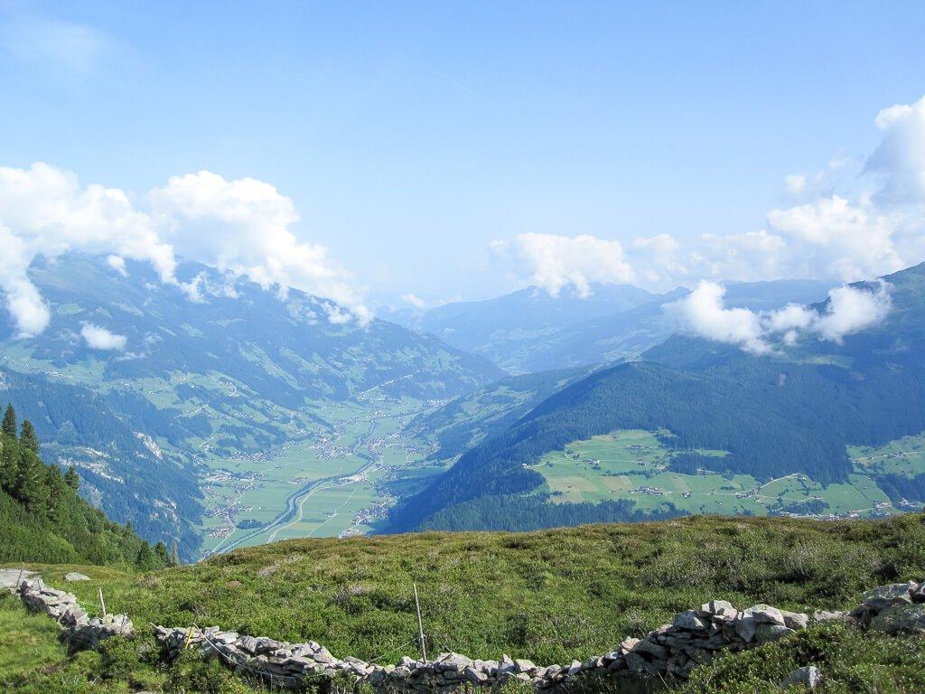 Ausblick vom Berg ins Tal - einige Siedlungen zwischen grünen Wiesen