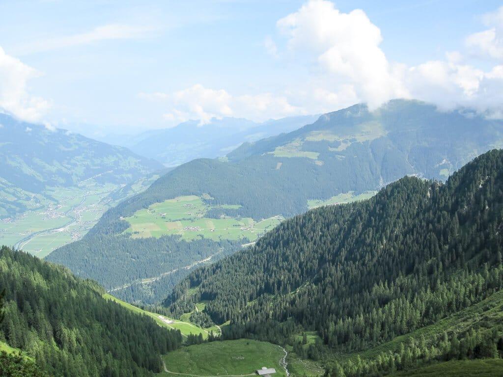 Wälder an Bergen mit Blick ins darunterliegende Tal