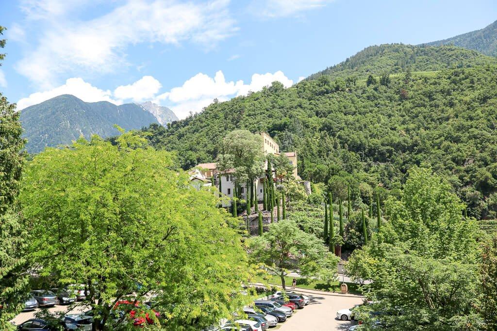 grüne Berge und ein bewaldeter Platz