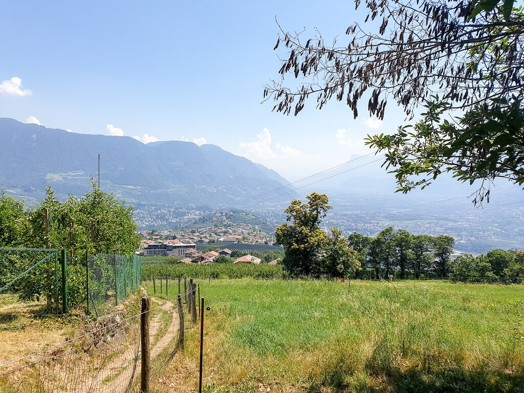 Meran -Blick auf Dorf Tirol über grüne Wiesen und Apfelbäume