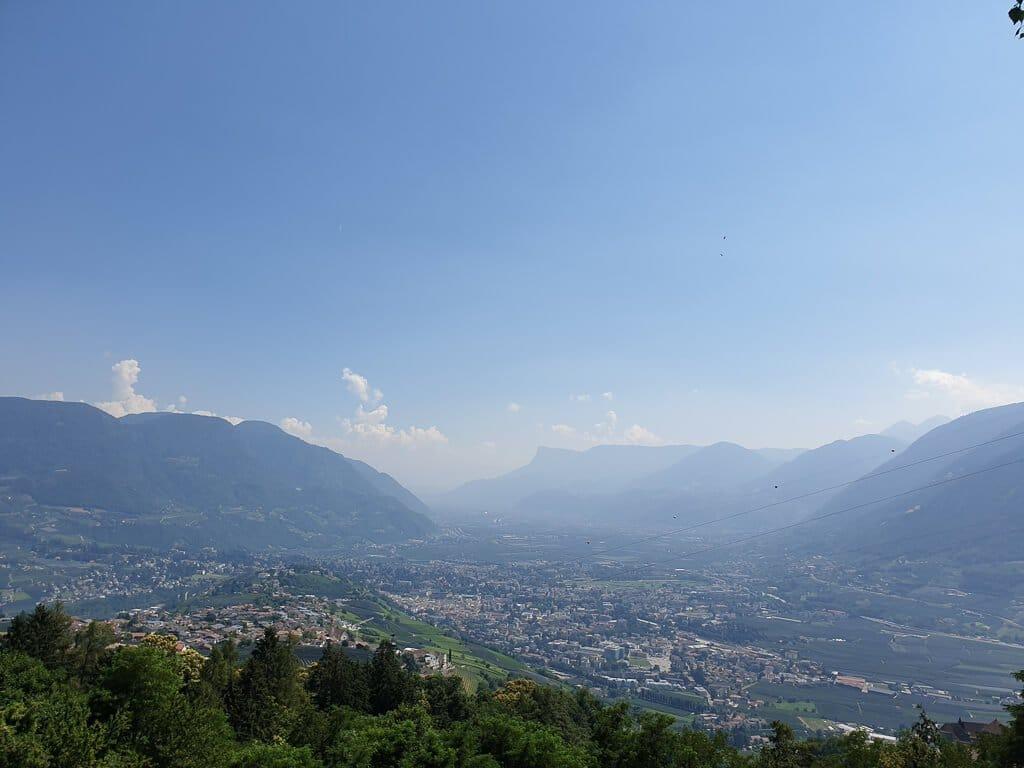 Ausblick auf Meran - Der Ort ist umgeben von Bergen