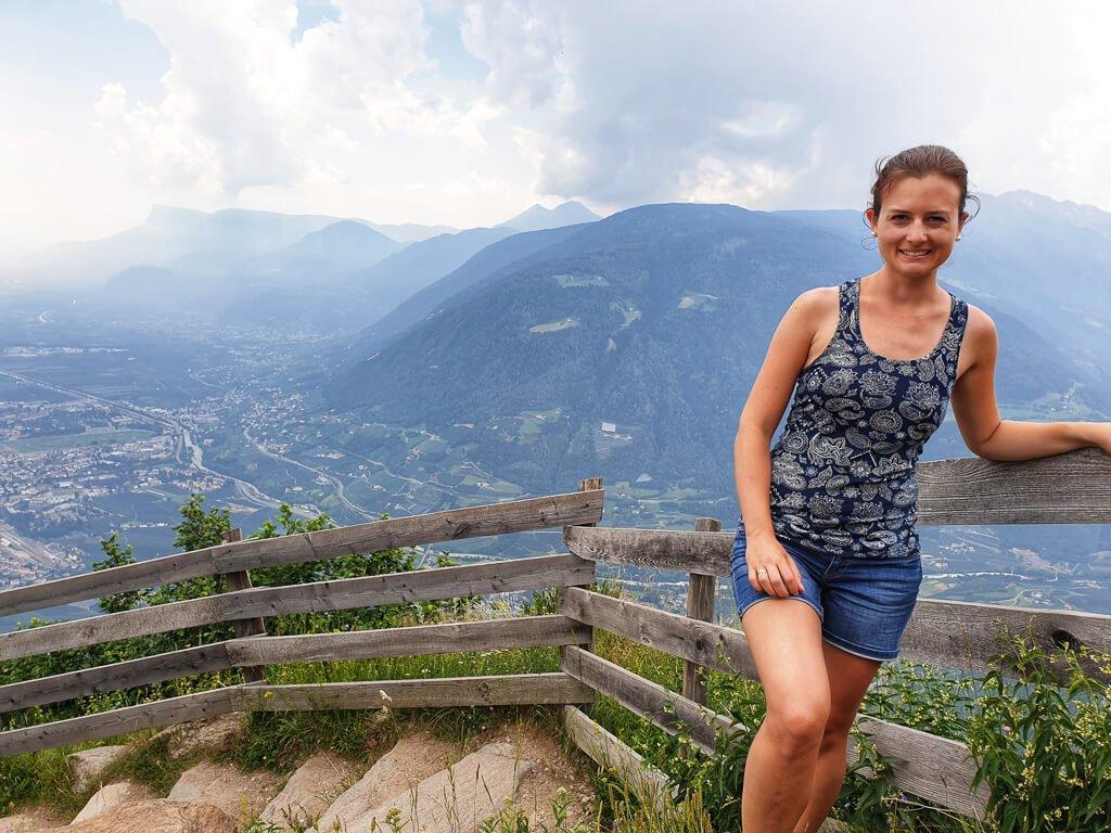 Frau steht am Rand einer Treppe, darunter liegt Meran