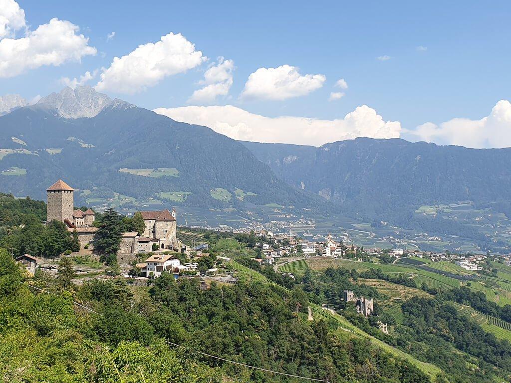 Schloss Tirol auf der linken Seite, dahinter Berge