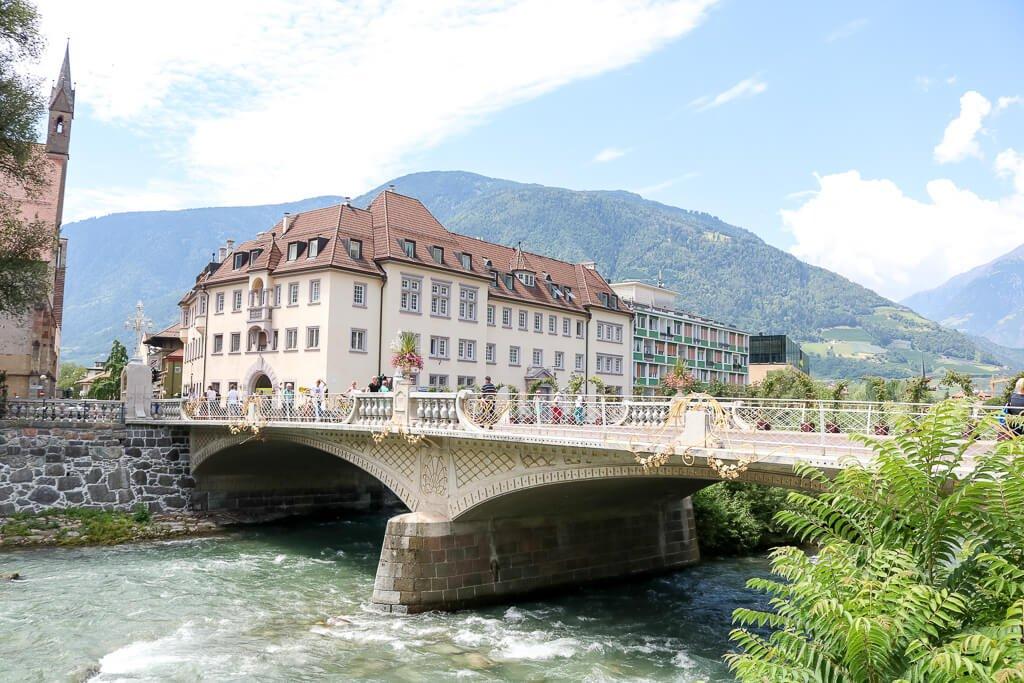 Brücke über die Passer mit einem großen Haus im Hintergrund