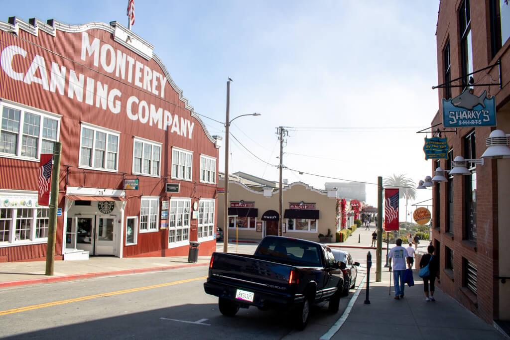 links ein rotes Holzhaus mit Aufschrift Monterey - daneben eine Straße