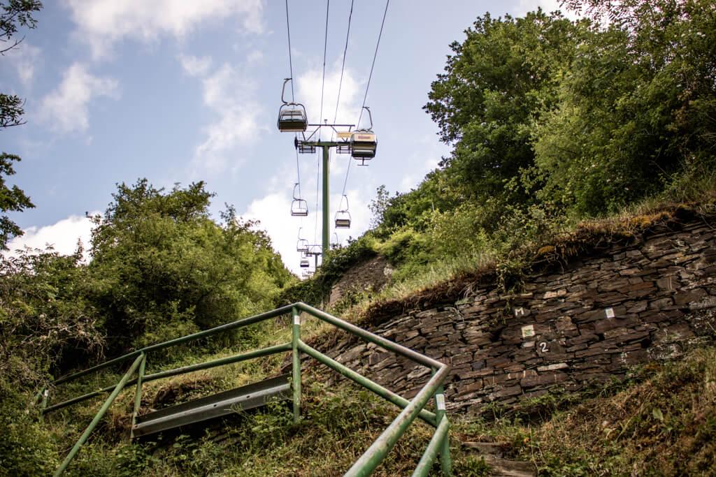 Moselsteig Wanderweg führt unter der Sesselbahn Cochem entlang