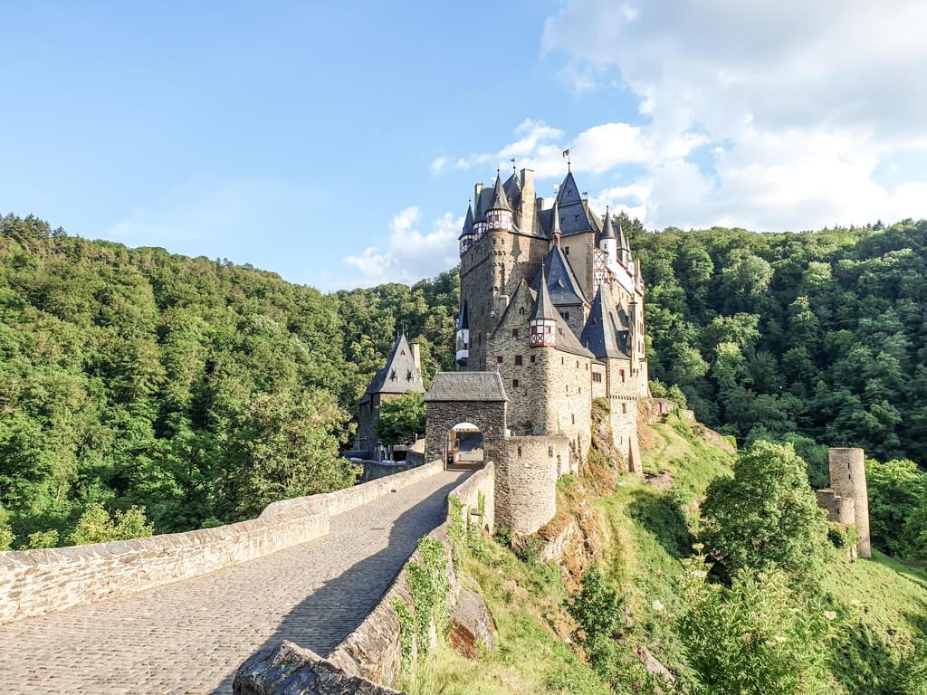 Menschenleerer Eingang zur Burg Eltz am Abend
