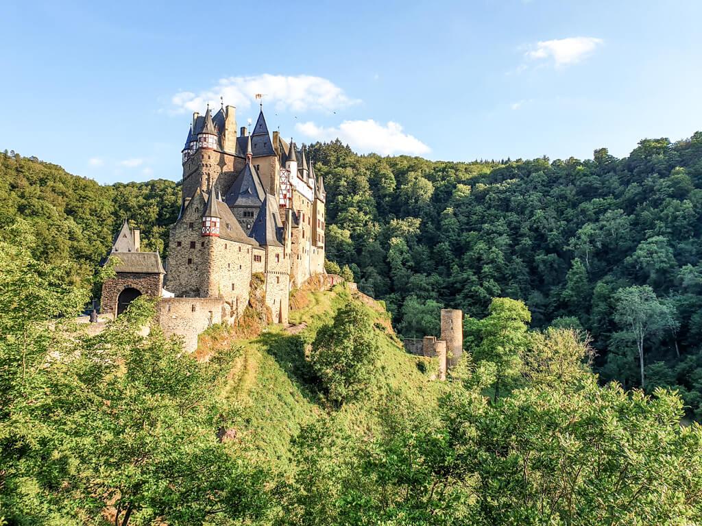 Burg Eltz im abendlichen Sonnenschein