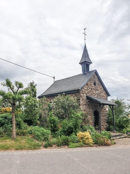 Kleine Kapelle am Wegesrand des Moselsteig