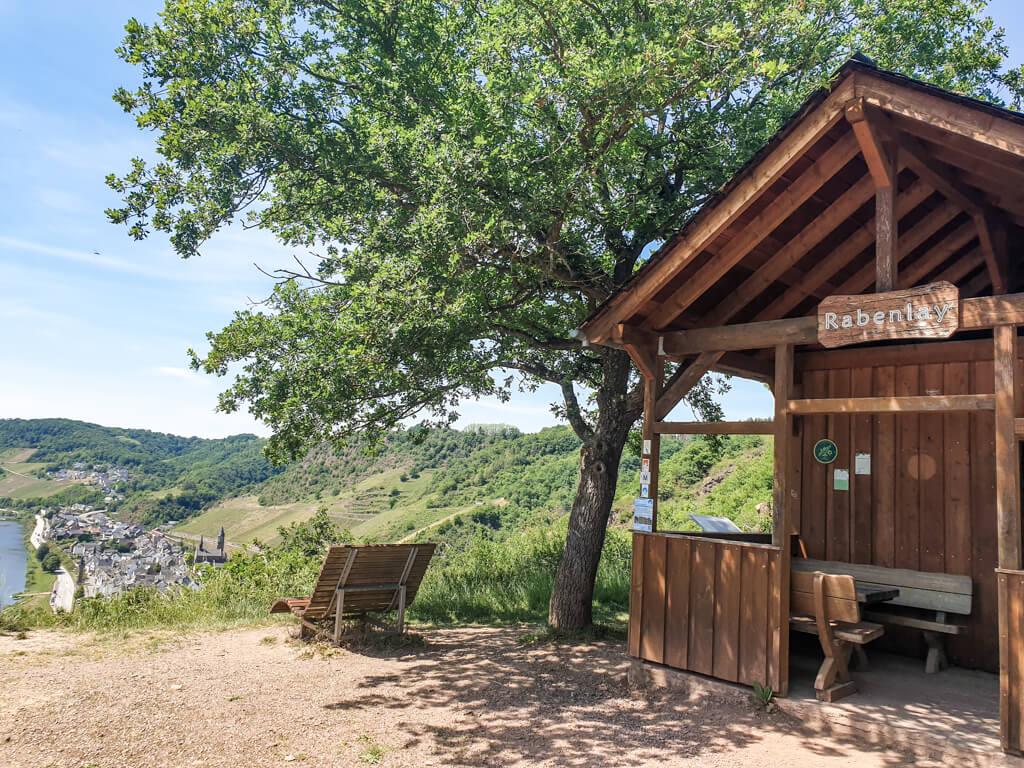 Schutzhütte aus Holz am Aussichtspunkt Rabenlay