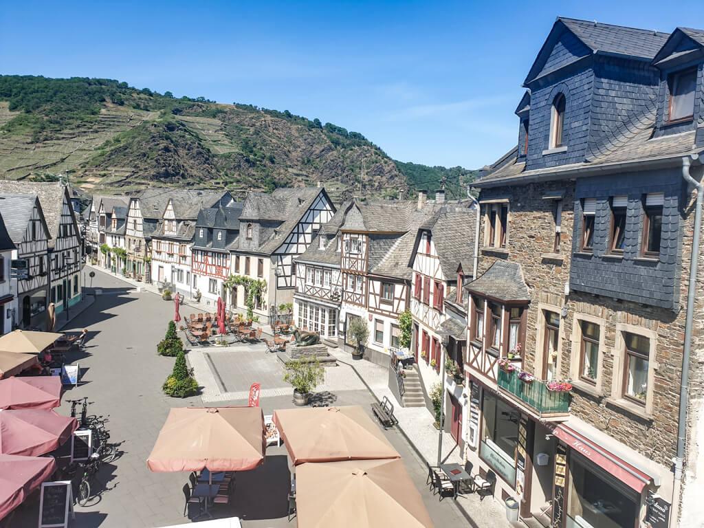 Marktplatz mit Fachwerkhäusern zu beiden Seiten