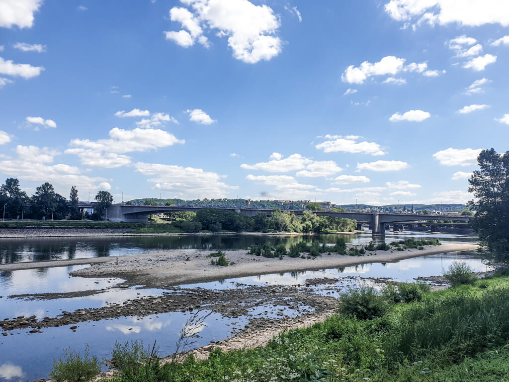Blick über die Mosel an der Staustufe Koblenz