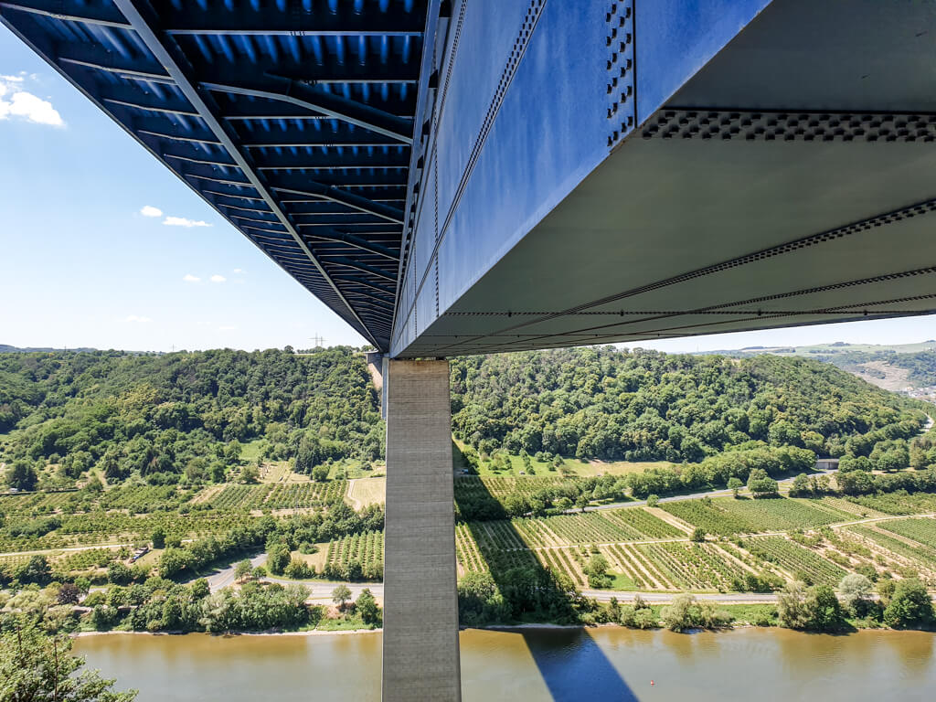 Unterquerung der Moseltalbrücke - Unterbau einer Autobahnbrücke mit Blick über die Mosel und dahinter liegende Weinberge