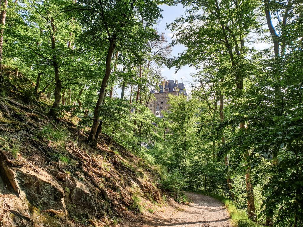 Moselsteig verläuft durch das Eltztal mit Blick auf Burg Eltz