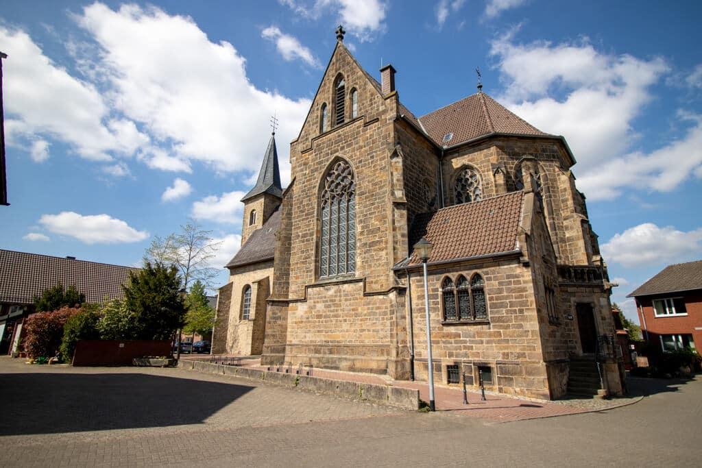 historische Kirche mit großem Kirchenschiff