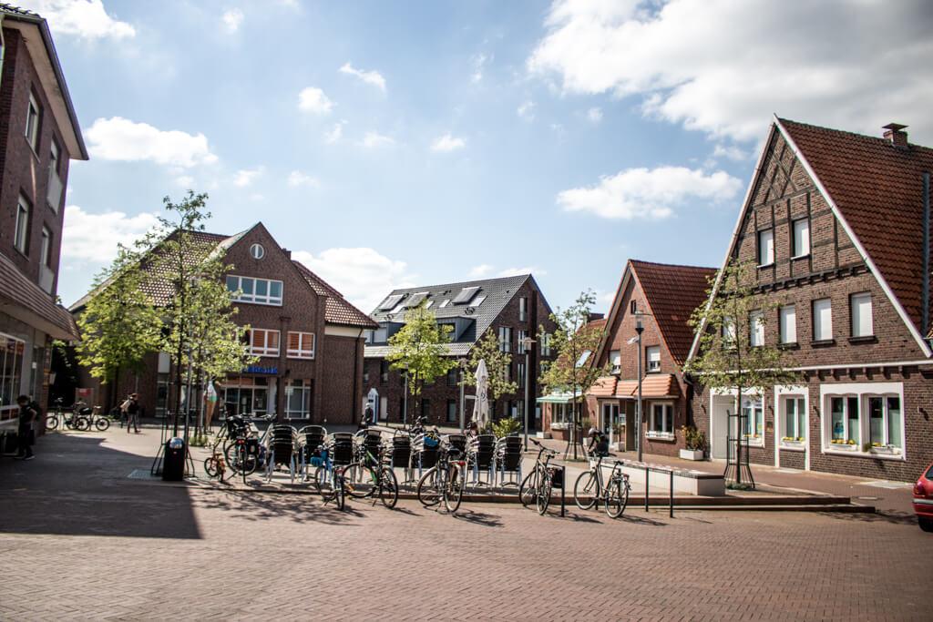 Platz mit Springbrunnen und Fahrrädern, umringt von alten Gebäuden