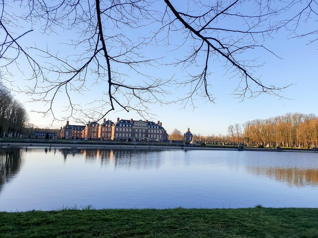 Schloss Nordkirchen mit Blick über den See und Spiegelungen im Wasser