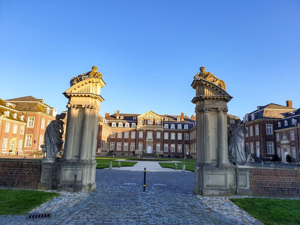 Schloss Nordkirchen von Süden - fotografiert durch Säulen und in der aufgehenden Sonne