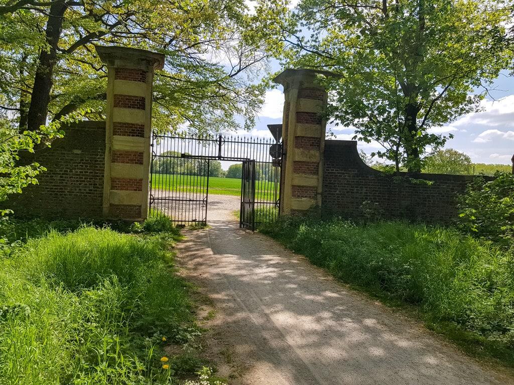 Tor zum Tiergarten am Schloss Nordkirchen inmitten des Waldes