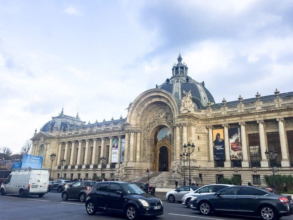 Grand Palais Paris - langgezogenes Gebäude mit Säulen und Kuppeln