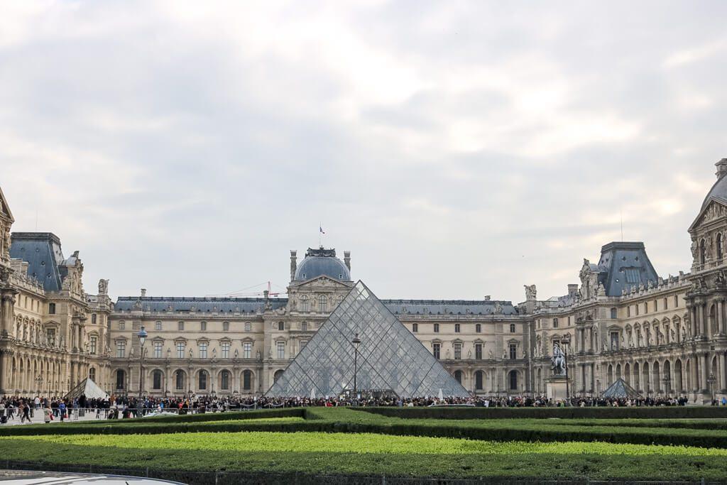 Glaspyramide am Louvre, eingerahmt von historischen Gebäuden