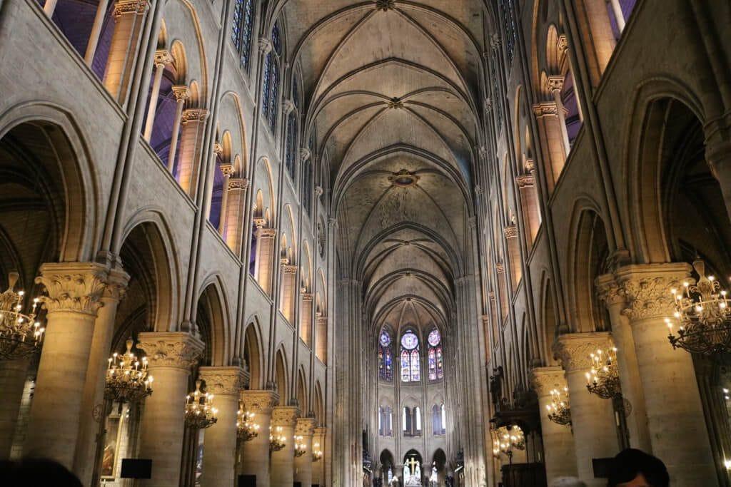 hohe Deckengewölbe und Säulengänge in der Kathedrale Notre-Dame