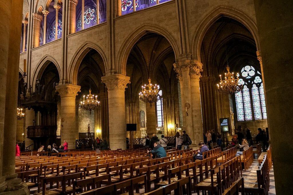Notre-Dame von Innen mit bunten Kirchenfenstern