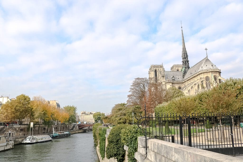 Seine auf der linken Seite, daneben die Rückseite von Notre Dame