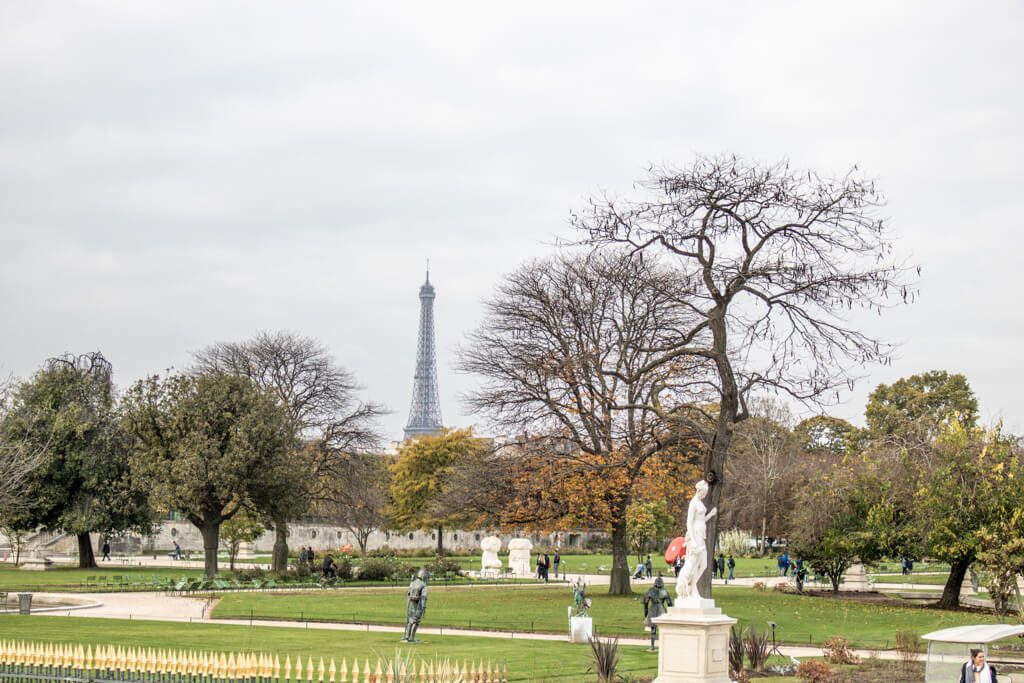 Park mit Statuen und Blick auf den Eiffelturm im Hintergrund