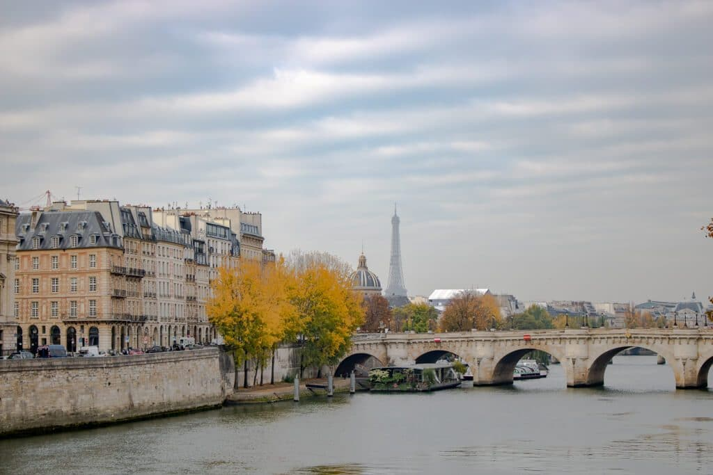 Brücke über die Seine - links eine Häuserreihe, im Hintergrund der Eiffelturm