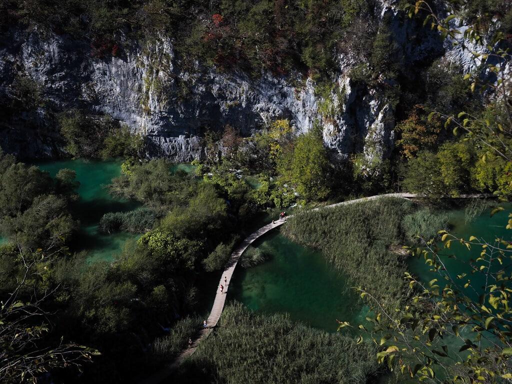 Blick von oben auf Seen im Plitvicer Seen Nationalpark