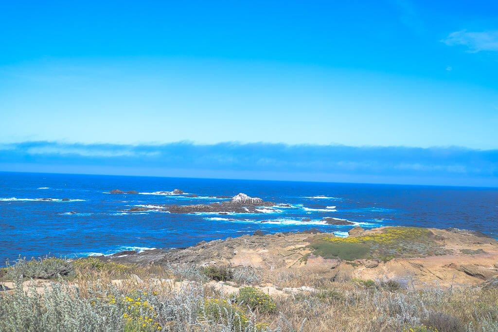 Monterey - Point Lobos - Küste - Felsen im Ozean, strahlend blauer Himmel