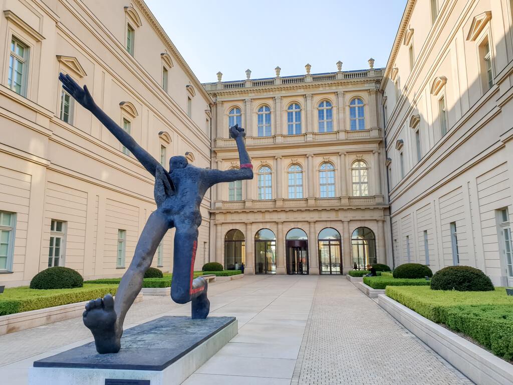 Barberini Kunstmuseum Potsdam: Skulptur inmitten eines Innenhofes