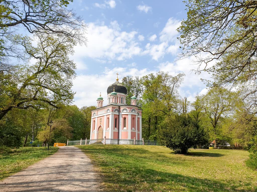 Alexander-Newski-Gedächtniskirche in Potsdam: russisch orthodoxe Kirche mit Kuppel auf einer Rasenfläche