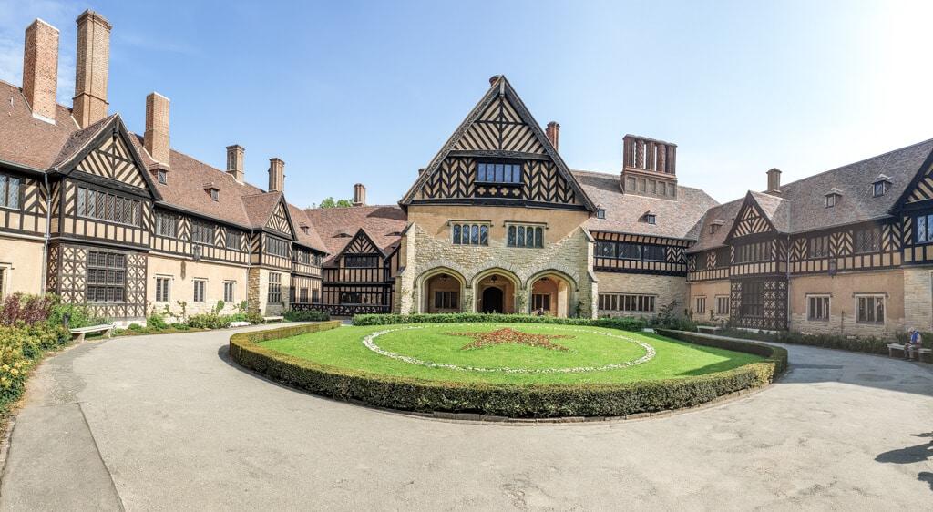 Schloss Cecilienhof: Innenhof eines historischen Wohnschlosses