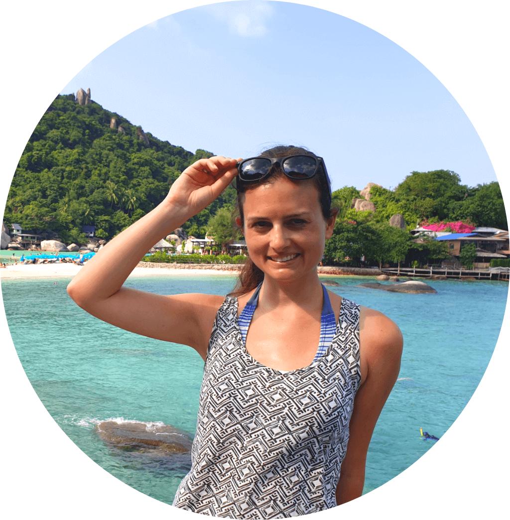Reisefunken - Profilbild: Frau steht vor türkisblauem Wasser