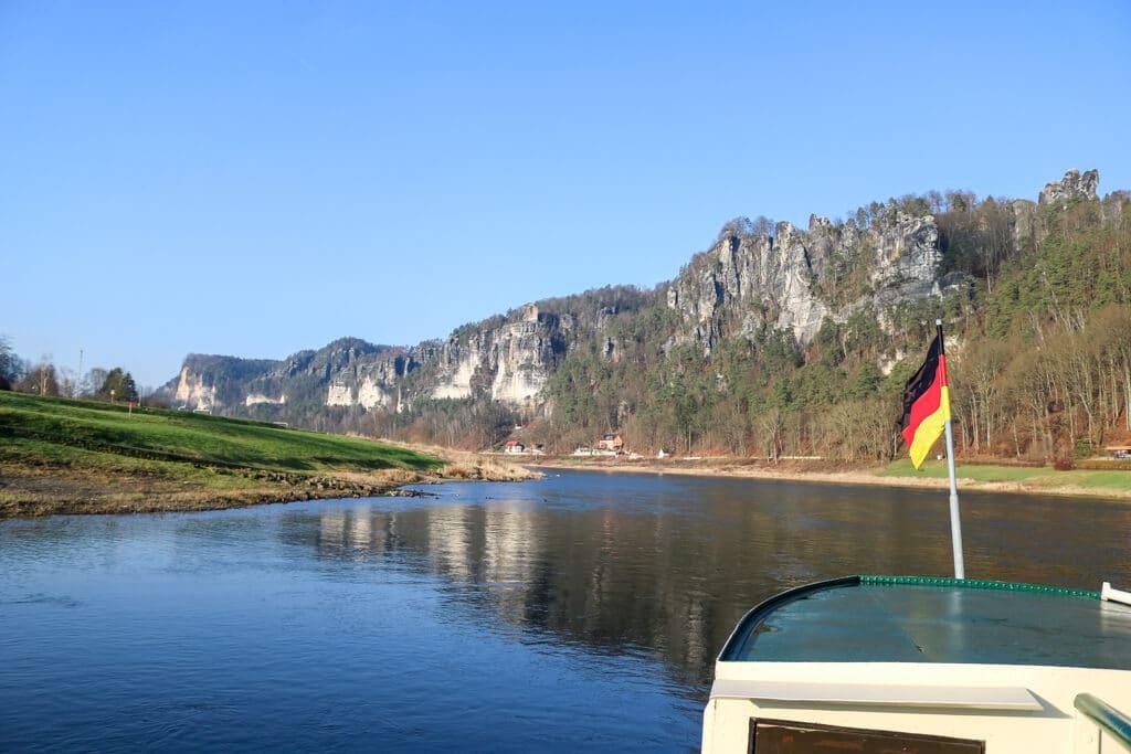Elbe mit Elbsandsteingebirge im Hintergrund
