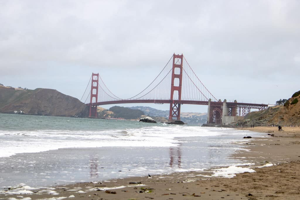 Strand in San Francisco mit Blick auf die Golden Gate Bridge