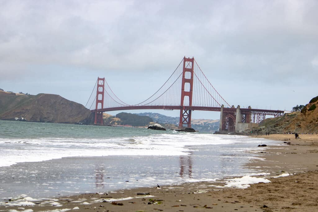 Blick auf die Golden Gate Bridge vom Baker Beach in San Francisco
