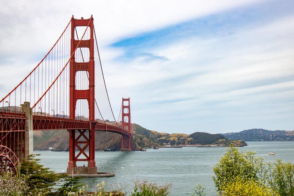 Golden Gate Bridge aus der Nähe fotografiert bei leicht bewölktem Himmel