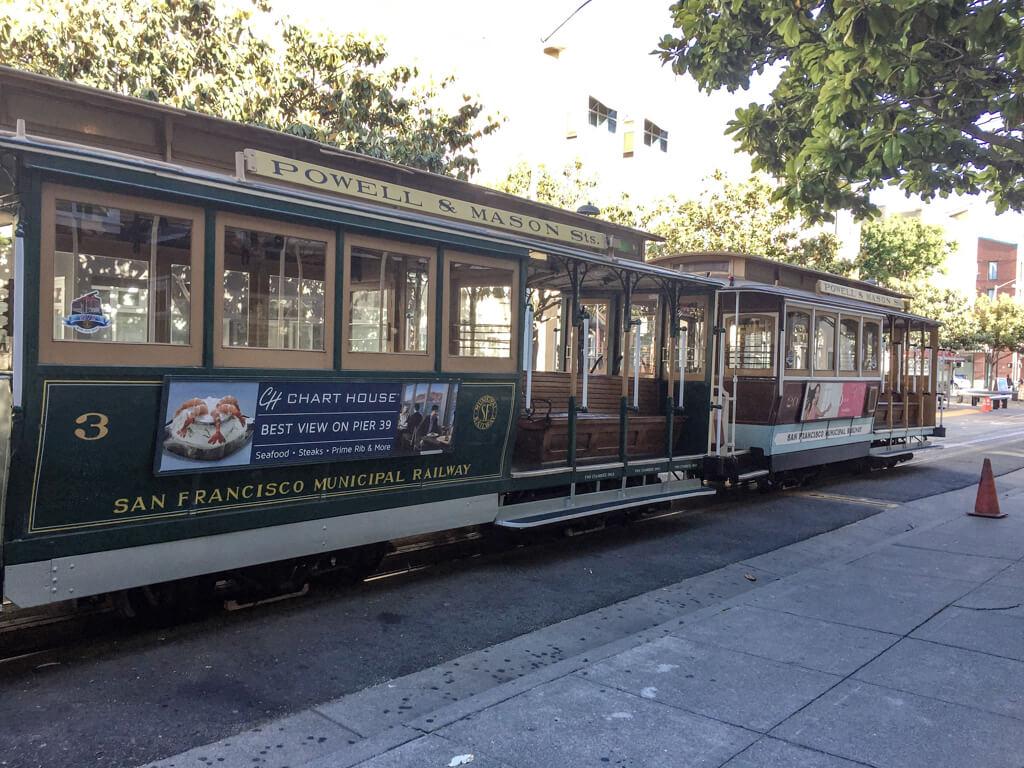 historische Straßenbahn in San Francisco mit Sitzbänken aus Holz