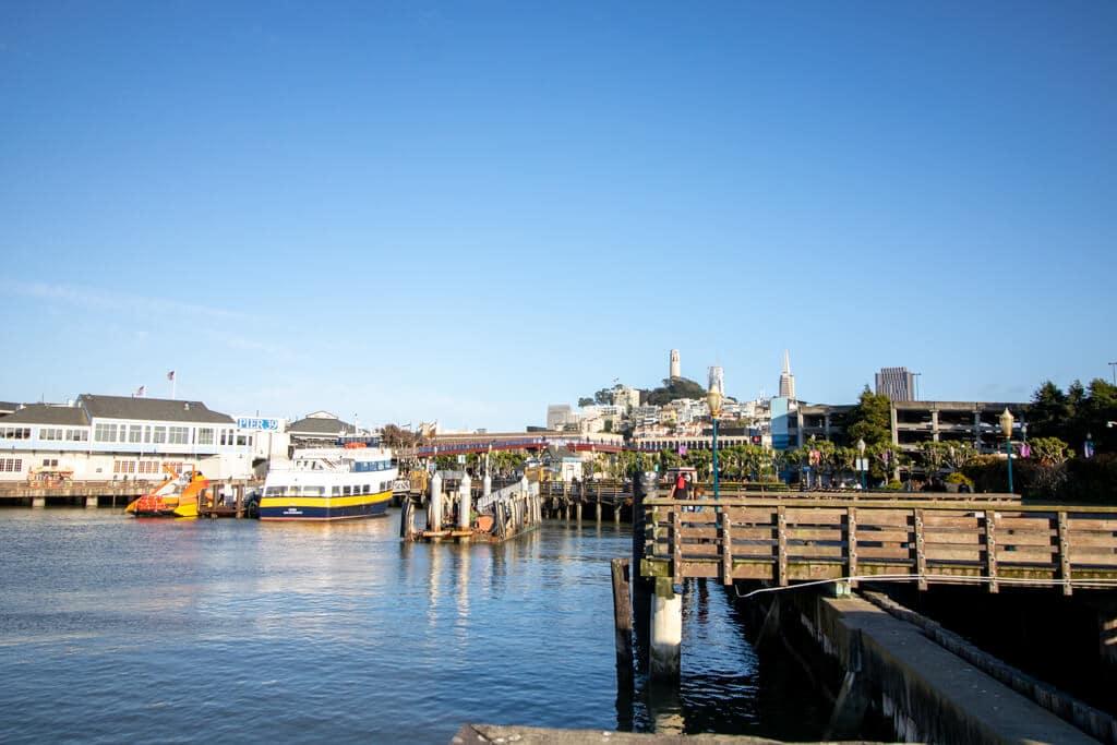 Pier 39 am Fishermans Wharf in San Francisco, Bucht im Hafen mit Blick auf die Stadt